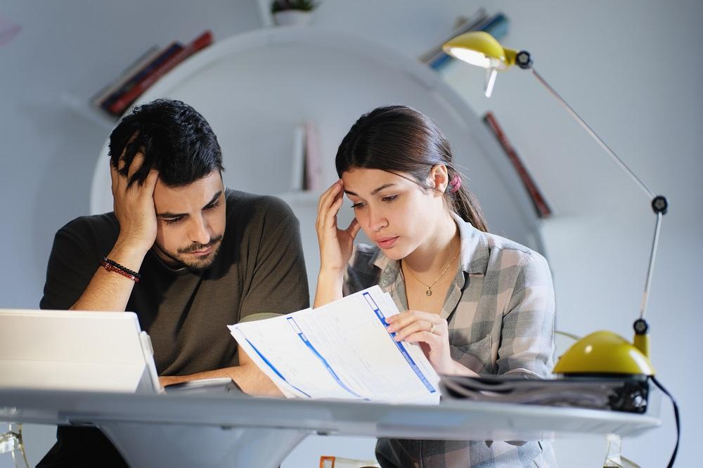 мъж и жена четат договор за кредит